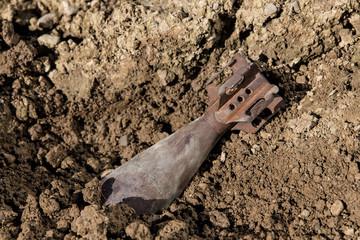 Alte Granate in Erde vergraben