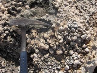 Martello da geologo vicino a pisoliti