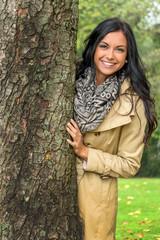 Junge Frau mit Baum