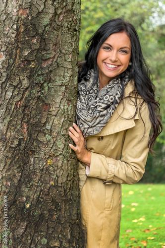 canvas print picture Junge Frau mit Baum