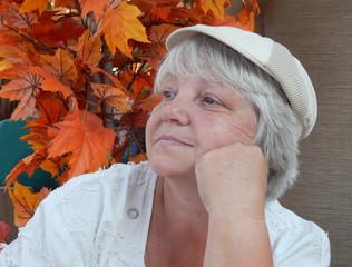 женщина в кепке
