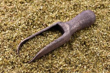 Suszony majeranek z drewnianą łyżką
