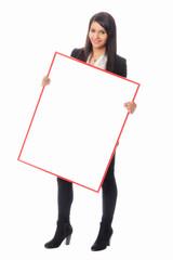 Junge Frau mit Werbeplakat