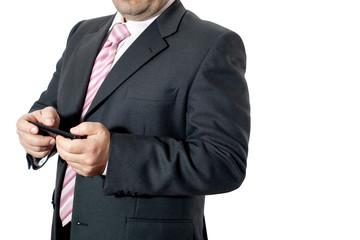 Uomo in ufficio con smartphone