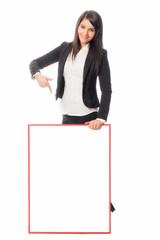 Frau hält Werbetafel
