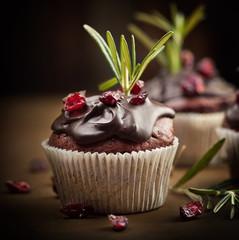 weihnachtliche Cupcakes mit Cranberries und Rosmarin