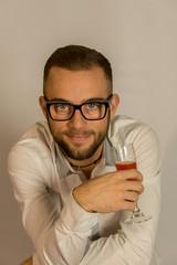 ritratto di ragazzo con bicchiere
