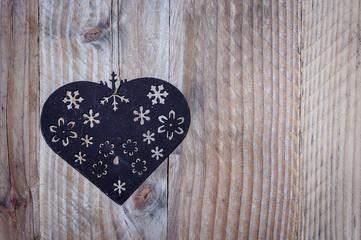 Coeur en métal sur bois