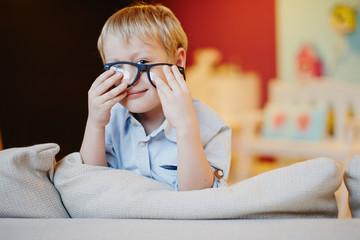 Мальчик и очки