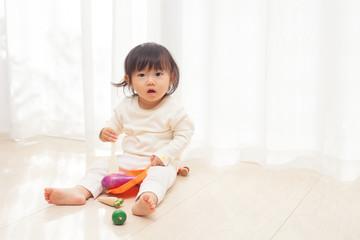 野菜のおもちゃで遊ぶ赤ちゃん