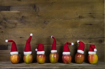 Lustige Weihnachtskarte mit Weihnachtsmützen und Holz in Rot
