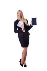 Blondine hält Geld und Tablet in der Hand