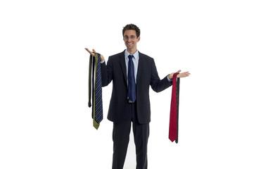 Mann wählt eine Krawatte aus