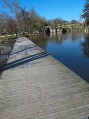 Ponton romantique prés d'un lac