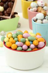 dolci uova ricoperte di zucchero colorato