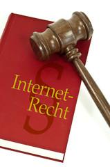 Buch mit Richterhammer und Internetrecht