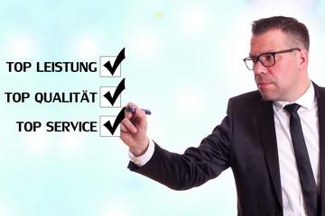 Geschäftsmann vervollständigt die Antwort für Produkt u Service