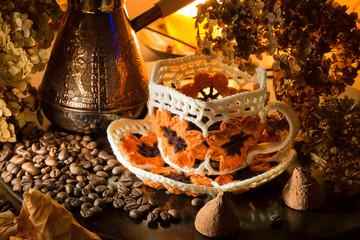 Вязаная чашка с зерновым кофе