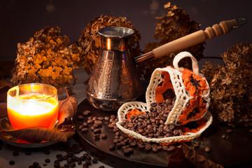 Натюрморт с зерновым кофе, свечой и опрокинутой чашкой