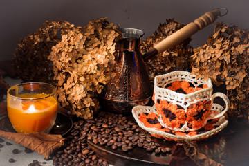 Натюрморт с кофе в зернах, ковшом и чашкой