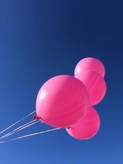 Palloncini rosa su cielo blu, festa, compleanno