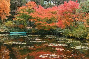 水面に映る紅葉とボート
