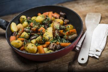 Bratkortoffen mit Karotte und Bratwurst