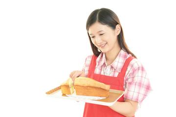 焼き立てパンを持つ女性