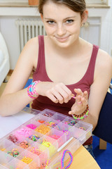 Teenager mit Kasten voller Loom Bands