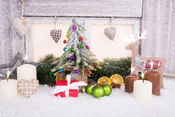 kleiner tannenbaum vor weihnachtsfenster