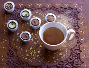 горячий чай с конфетами