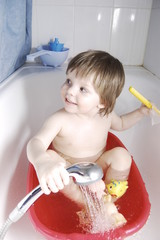 ребенок купается в тазике