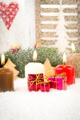 vierter advent mit kerzen und schnee