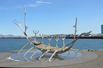 Скульптура «Sun Voyager» Д. Г. Арнасона на набережной Рейкьявика