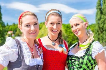 Freundinnen besuchen  Volksfest in Bayern