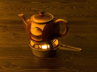 Teekanne mit Teelicht im Stövchen
