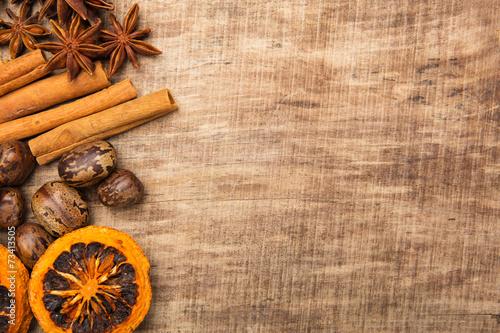 canvas print picture Weihnachtliche Dekoration mit Zimt, Anis, Orangen und Nüssen