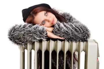junge Frau entspannt auf einer Heizung