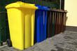Leinwanddruck Bild - Viele Mülltonnen für Mülltrennung und Recycling