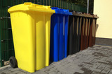 Viele Mülltonnen für Mülltrennung und Recycling
