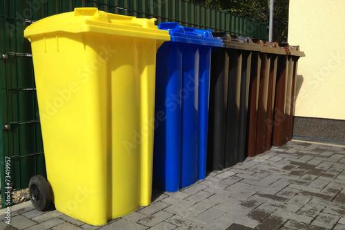 Leinwanddruck Bild Viele Mülltonnen für Mülltrennung und Recycling