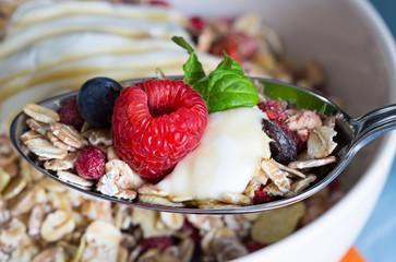 Müsli mit Joghurt und Früchten auf Holz