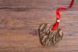 Herz aus Holz mit Rinde und rotem Band