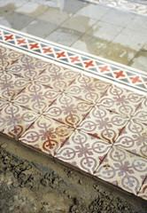 Colocación de un suelo de mosaico hidráulico