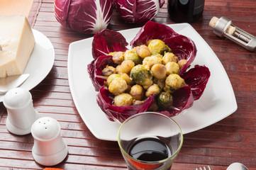 Piatto di cavoletti di bruxelles e castagne rosolate
