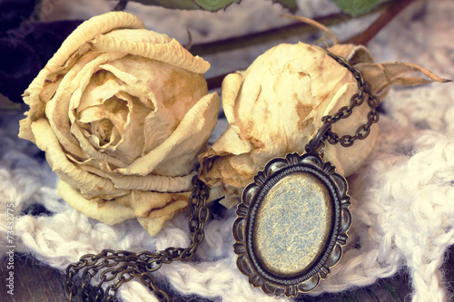Spoed canvasdoek 2cm dik Retro beautiful old vintage locket and roses