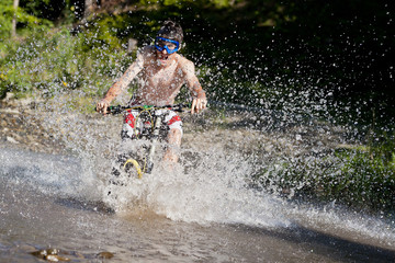 Mountainbiker rides to the water