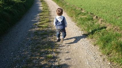 Junge läuft auf weg