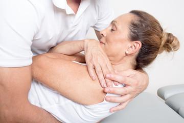 Chiropraktik mit älterer Patientin