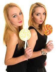 Deux jolies filles avec des bonbons. Isolé sur fond blanc